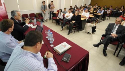 Panel. En la mesa habla Carlos Jornet. Lo escuchan Gastón Roitberg y Julio Perotti