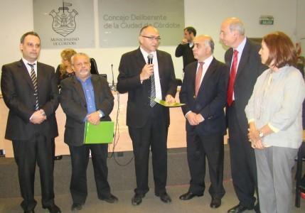 El Dr. Jorge Jofré y el Profesor Mario Tuduri, junto a los Presidentes de todos los Bloques parlamentarios del Concejo