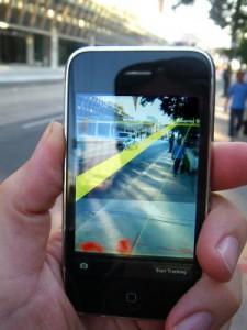 El usuario puede visualizar el mundo real en la pantalla de su teléfono combinado con información virtual añadida.