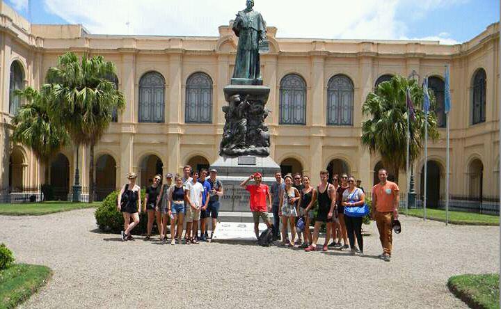 Mostrar Córdoba a turistas y estudiar con tenacidad