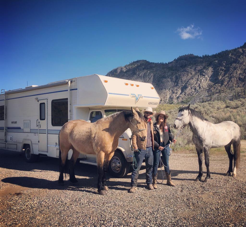Alumna de gestión ambiental viaja a caballo de Alaska a Canadá