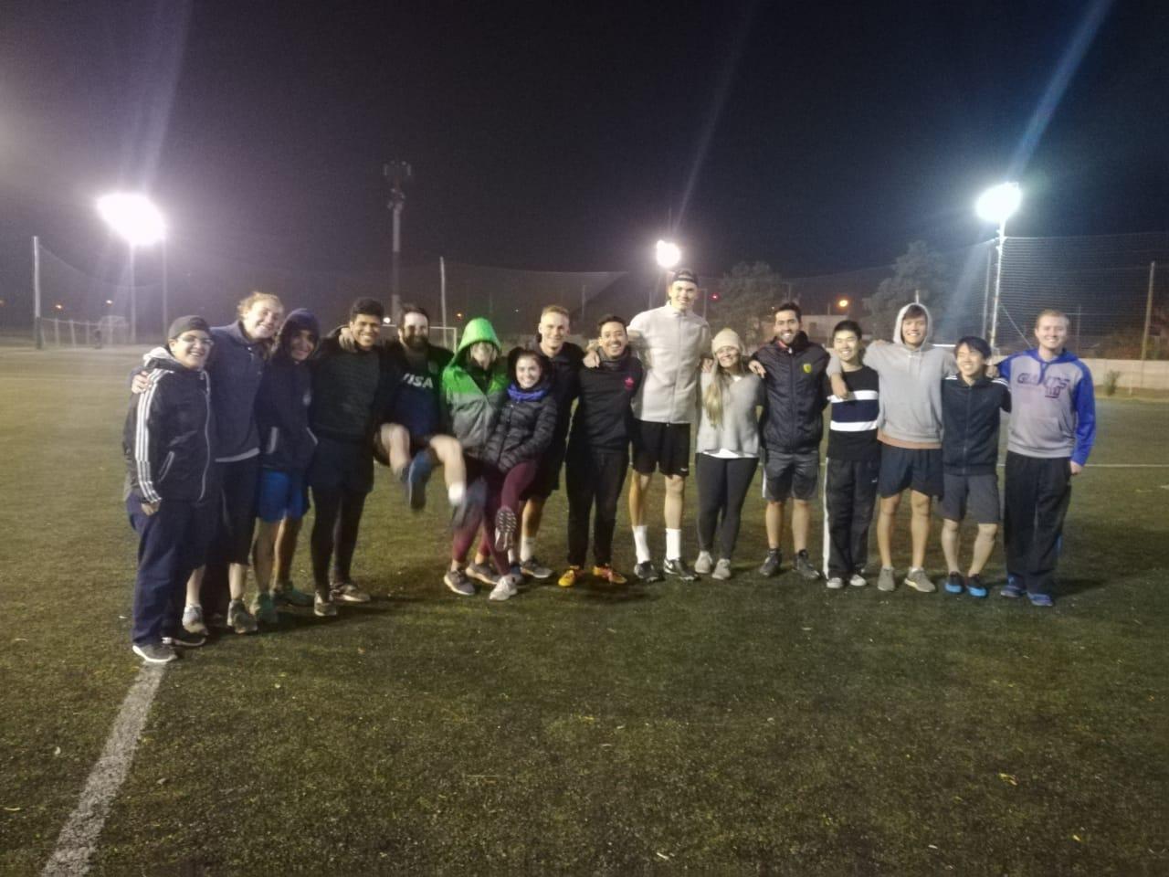 """""""Todos juegan"""": partido de futbol mixto entre alumnos de intercambio y tutores"""