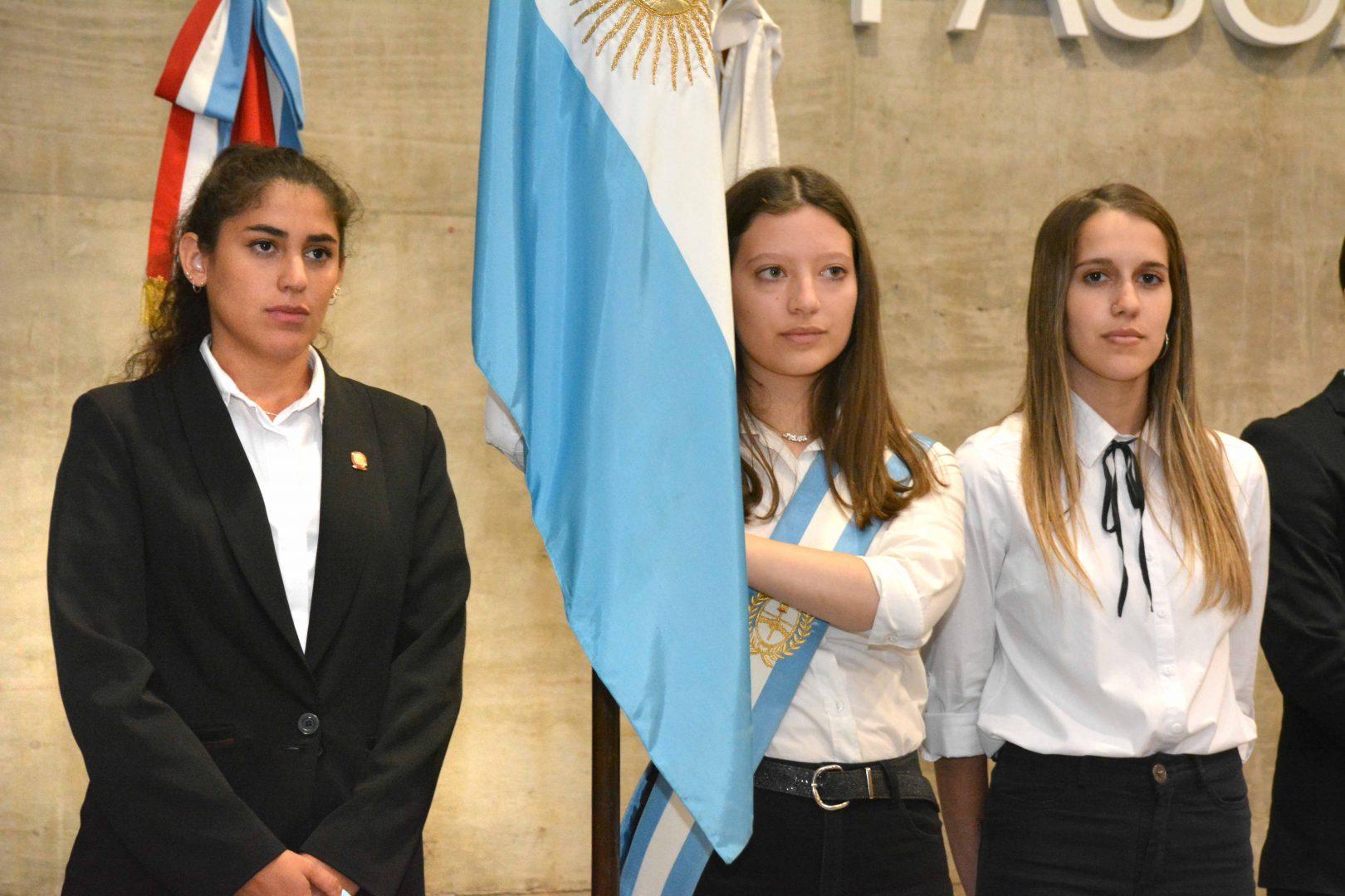Estudiantes reciben premio por el mérito académico